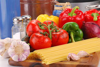 Composition with raw vegetables and spaghetti
