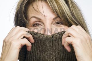 Frau mit braunem Wollkragen