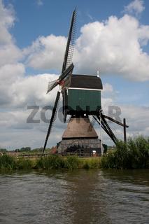 Alte Bockwindmühle in den Niederlanden, am Merwedekanaal