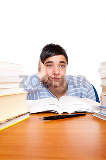 Junger gut aussehender männlicher Student lernt frustriert am Tisch
