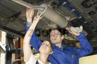 Autowerkstatt Abgasanlage prüfen