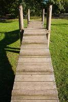 Spielplatz aus Holz, Kettenbruecke