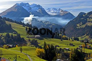 Rauch der Herbstfeuer im Berner Oberland bei Gstaad, Schweiz