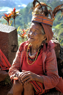 Alte Ifugao Frau in traditioneller Kleidung