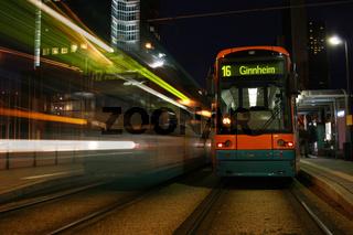 Straßenbahn an Haltestelle in Frankfurt/Main