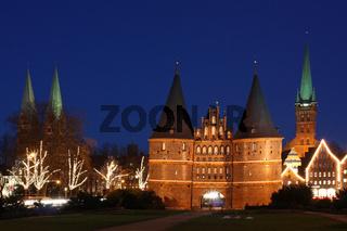 Altstadt von Lübeck mit dem berühmten Holstentor und der Marienkirche (links) sowie der Petrikirche bei Nacht