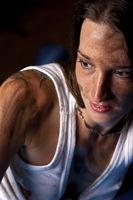 Portrait einer jungen oelverschmierten Frau