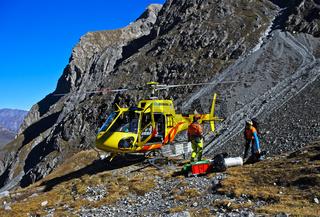 Hubschrauber Eurocopter AS 350 Ecureuil auf einem Gebirgslandeplatz Val Lischana, Engadin,Schweiz