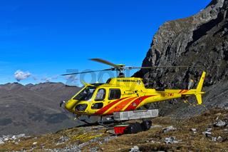 Hubschrauber Eurocopter AS 350 im Val Lischana, Engadiner Alpen, Schweiz