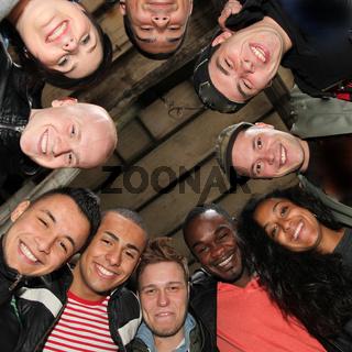 Zehn fröhliche Studenten verschiedener Nationalität -