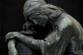 Friedhofskulptur - Trauernde mit Urne