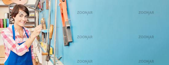 Panorama von Frau neben Werkzeug in Werkstatt