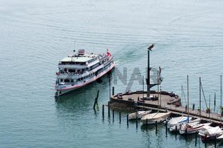 In den Hafen einfahrendes Passagierschiff - Meersburg