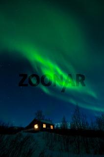nordlichter, aurora borealis, ueber einer huette im fjaell, stora sjoefallet nationalpark, welterbe laponia, lappland, norrbotten, schweden, northern lights above a chalet, lapland, sweden