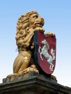 Der braunschweig-lüneburgische Löwe hält das Niedersachsenwappen in seinen Krallen