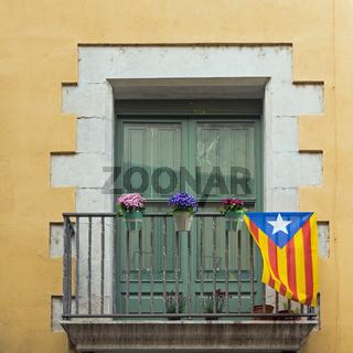 Fenster mit katalanischer Flagge, Girona, Spanien