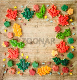 Bunte Kekse im Herbst