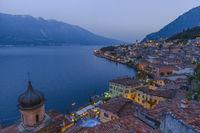 Beliebtes Reiseziel, Limone am Gardasee in der Abenddämmerung, Brescia, Lombardei, Italien