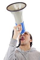 Junger Mann schreit aufgeregt mit Megaphon nach oben