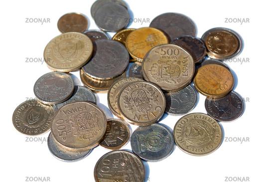 Ein Haufen Hartgeld verschiedener Währungen