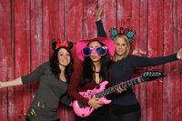 party mit fotobox - mädchen posen mit gitarren vor photobooth