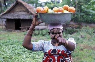 Eine Frau im Dorf Maya auf der Insel Anjouan der Inselgruppe der Komoren im Indischen Ozean