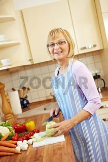 Seniorin bereitet Mittagessen vor