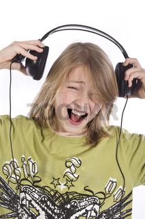 Junge hört Musik wd515