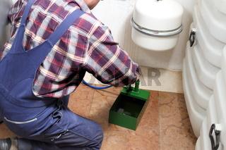 Installateur pumpt Flüssigkeit