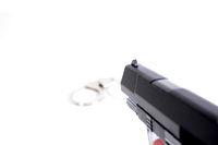 Waffe und Handschellen