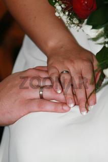 Eheringe mit Brautpaar