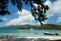 Seychellen Insel Praslin von der Insel Curieuse aus gesehen