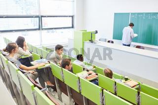 Studenten sitzen im Hörsaal