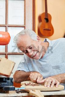 Gitarrenbauer mit Sorgfalt und Präzision