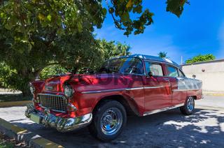 Roter amerikanischer mit weißem Dach in Varadero - Serie Kuba Reportage