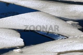 gefährliche Sicherheit Eisplatten auf dem Wasser