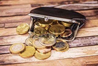 Offene Geldbörse mit vielen Münzen