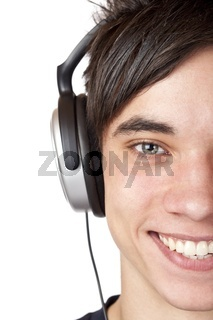 Gesichtsausschnitt eines glücklichen Jugendlichen der Musik hört