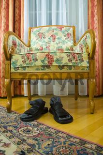 Sessel und Sandalen un einem Zimmer - chair and sandals in a  cabinet