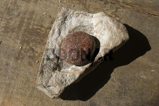 primitiver Mühlstein, primitive millstone