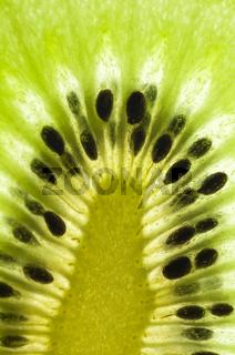 Detail einer Kiwi (Actinidia deliciosa, Chinesicher Strahlengriffel, Chinesische Stachelbeere), reich an Vitamin C