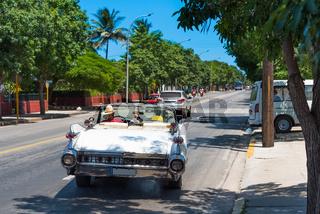 Amerikanischer weißer Cadillac auf der Straße in Varadero Kuba - Serie Kuba 2016 Reportage