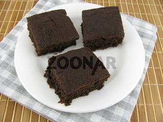 Leckerer Kuchen auf Carob Basis auf einem Teller