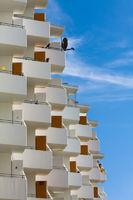 saniertes Hochhaus mit Balkonfassade