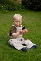 Kleinkind mit einem Handy