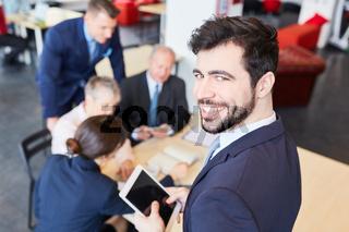 Start-Up Mann als erfolgreicher Berater