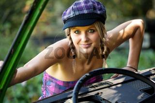 Junge Frau mit Schrottauto 788