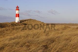 Der rot-weiß gestreifte Leuchtturm List Ost auf der Sylter Halbinsel Ellenbogen, List, Sylt, Nordfriesland, Schleswig-Holstein, Deutschland, Europa