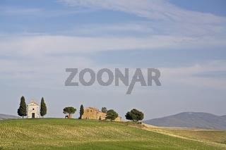 Bauernhof mit kleiner Kapelle in der Crete, Toskana, farm with smal chapel in Crete, Tuscany, Italy