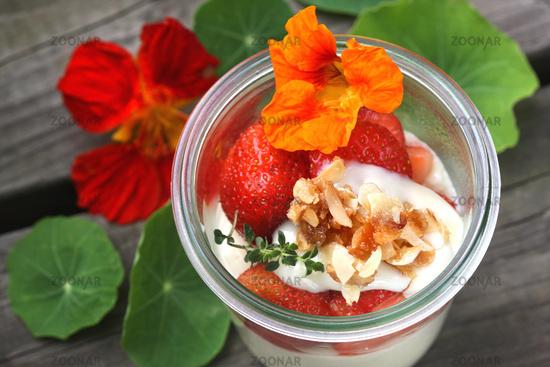 Mandelcreme Bavaroise mit Erdbeeren und Blüten